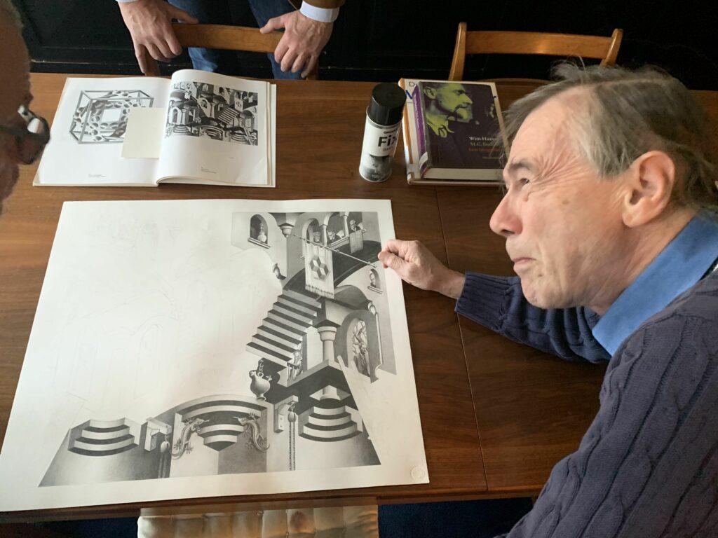 Pierre Gillis face à son dessin sur Escher, pas encore terminé