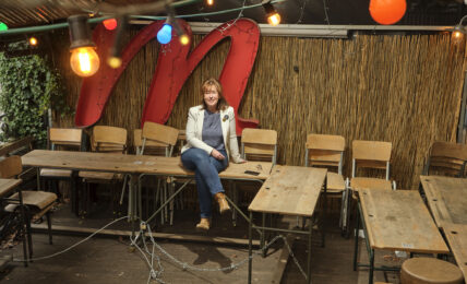 Caroline Case sur sa terrasse de Chez Musette